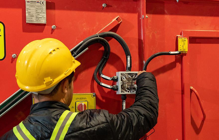 תיקון חיווט חשמל במכונה